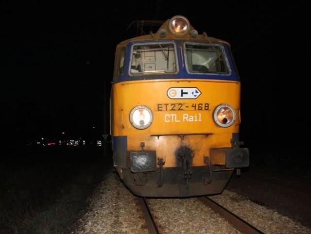 W Karlowicach (gmina Popielów) w nocy z piątku na sobote doszlo do kolizji pociągu towarowego z fiatem punto.