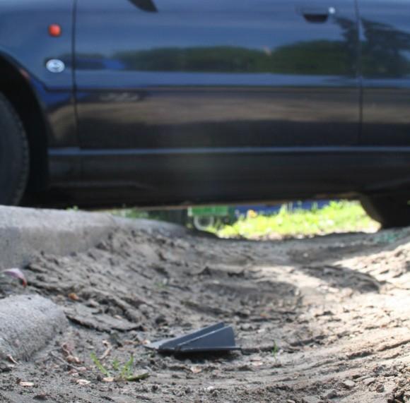 Taki chodnik przy al. Wojska Polskiego, to wynik niezrozumiałej decyzji służb miejskich, które wokół położyły bruk, a na kilku metrach, w miejscu gdzie parkują samochody, posiały trawę.