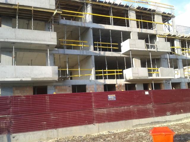 Budowa nowych mieszkańCeny nowych mieszkań mają spadać, ale nieznacznie.