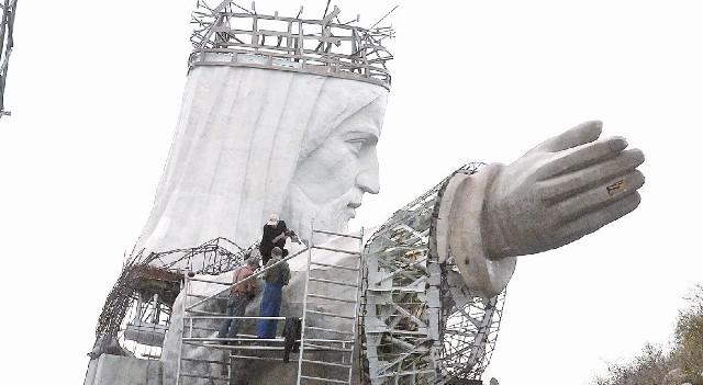 Pomnik powstaje powoli. Trudno powiedzieć, czy 33-metrowa figura będzie gotowa jeszcze w tym roku