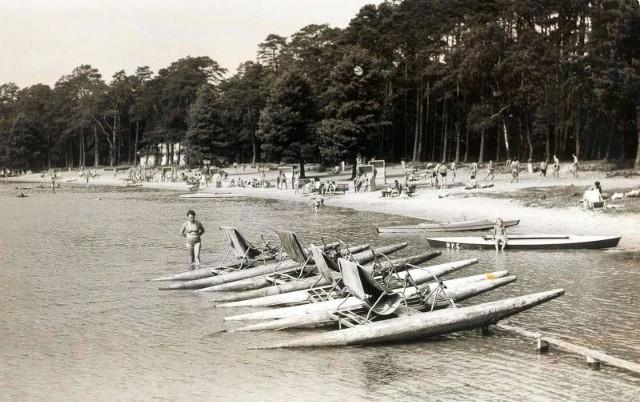 Plaża w Przyjezierzu  w latach 60. ub. wieku. Dziś miejscowość administracyjnie przypisana jest do dwóch gmin
