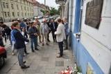 26. rocznica zaginięcia Jarosława Ziętary. Pod tablicą pamiątkową uczczono jego pamięć