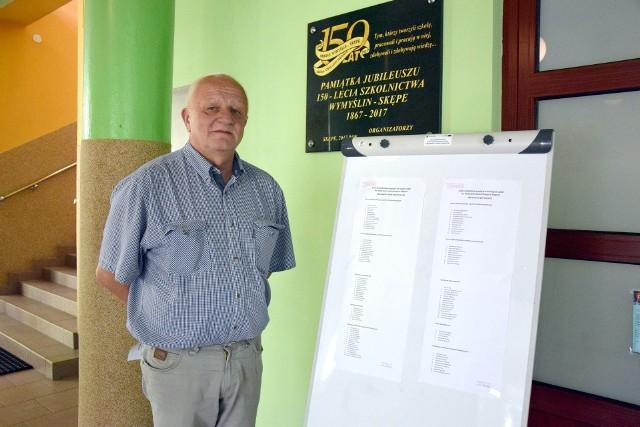 Dyrektor Zespołu Szkół Wiesław Białucha przy wywieszonych listach. Są jeszcze wolne miejsca