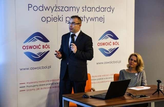 """Dr Rafał Zyśk, kancelaria Health Economics Consulting i Karolina Pokorska, organizatorka akcji """"Oswoić ból"""" mówili o zbyt niskiej refundacji leków przeciwbólowych"""