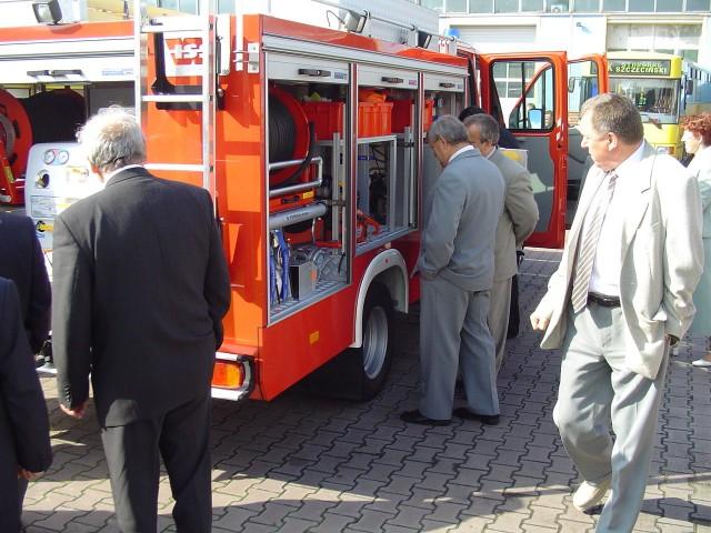 W przerwie sesji radni miejscy oglądali nowy wóz ratownictwa drogowego.