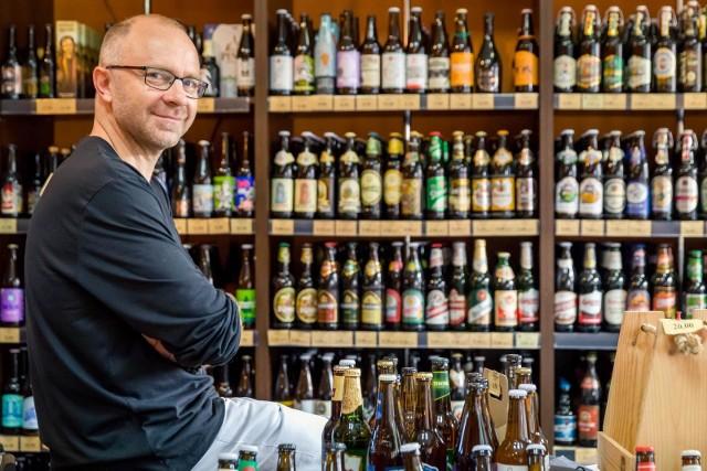 """W Polsce pijemy już tyle piwa, że zajmujemy drugie miejsce na świecie pod tym względem. Wyprzedzają nas tylko Czesi. Tymczasem w Polsce browarów mamy obecnie tylko 250, łącznie z kontraktowymi. Dlatego mówię """"tylko"""", bo Francja, która w ogóle z piwami nam się nie kojarzy, ma 1500 małych browarów. Włosi, też utożsamiani raczej z winami, mają ich 600! - mówi Dariusz Sokół z białostockiego sklepu Piwa Świata."""