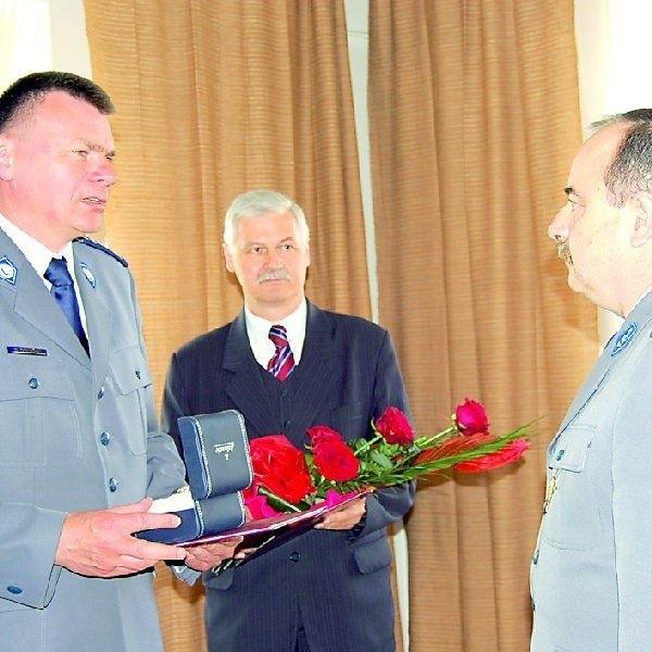 Jerzemu Wojtasińskiemu (z prawej) podziękowania za służbę i  pamiątkowy zegarek przekazał wczoraj Wiesław Domański,  zastępca komendanta wojewódzkiego policji.