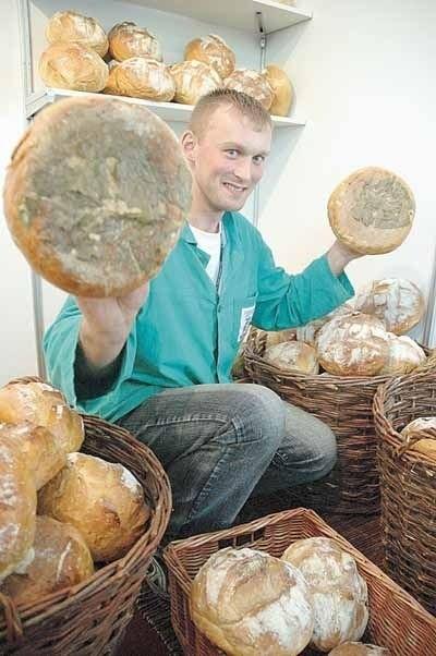 Marcin Nowak z piekarni Bukowianka dumnie prezentuje nagradzany bochen starowiejski. Piecze się go z dodatkiem miodu i ziemniaków.