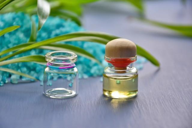 Olejek z drzewa herbacianegoOlejek z drzewa herbacianego ma przede wszystkim zastosowanie w kosmetyce.