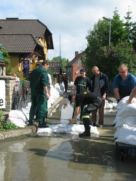Dzisiaj rano na ul. Grodzisko na Ostrowie Tumskim sytuacja nie wyglądała najlepiej. Woda sięgała po pas.