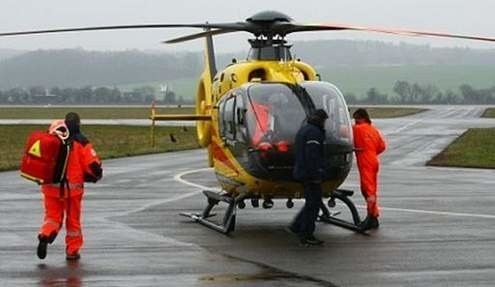 Mężczyzna został zabrany przez śmigłowiec do szpitala.