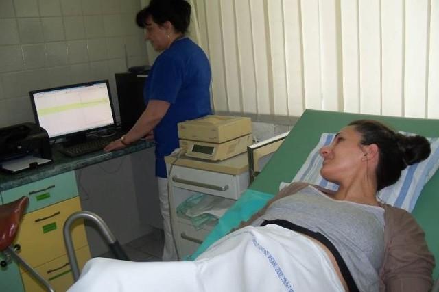 W nyskim szpitalu tętno płodu badają na razie tradycyjną metodą. Ale już w piątek oddział położniczy dostanie aparat, dzięki któremu ciężarna nie będzie przykuta do łóżka. Na zdjęciu pacjentka Kamila Stanisławczyk i siostra Beata Sajboth.