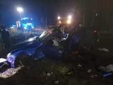 Kudrycze. Wypadek na drodze szutrowej. Auto dachowało i uderzyło w drzewo. Nie żyją dwie osoby [ZDJĘCIA]