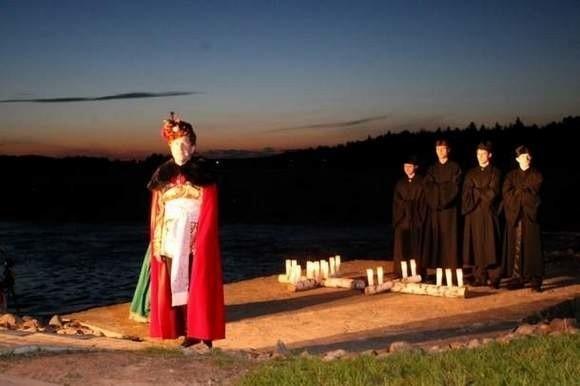 """Przedstawienie """"Legenda o krzyżu"""" wystawione w ramach imprezy Uroczysko 2010."""