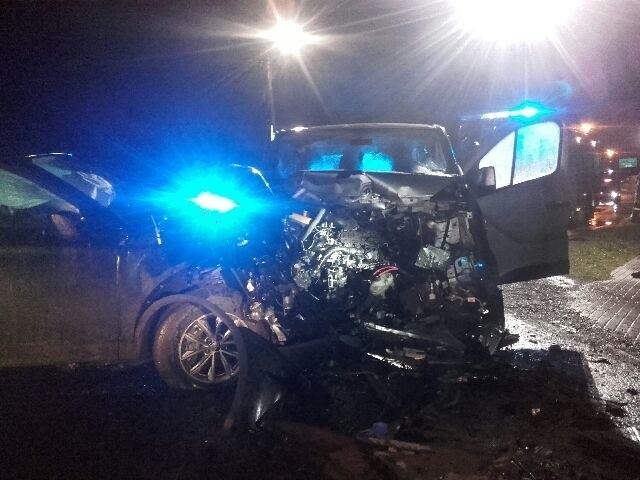 Na odcinku drogi krajowej nr 6 w Sławnie doszło do czołowego zderzenia się dwóch pojazdów. Z informacji, które przekazał rzecznik Straży Pożarnej w Sławnie wynika, że w wyniku zderzenia się pojazdów jedna osoba została ranna. Kierowca pojazdu był zakleszczony w swoich samochodzie. - Kierujący Renault Trafic jadąc od strony Bobrowiczek nie zachował należytej ostrożności i uderzył w tył pojazdu marki Kia, następnie zderzył się czołowo z samochodem marki Audi - informuje asp. Kinga Warczak, rzecznik prasowa policji w Sławnie.Do szpitala trafił 40-letni mężczyzna, kierowca Renault Trafic. Zobacz także Koszalin: wypadek na al. Monte Cassino - zderzenie auta osobowego i skutera