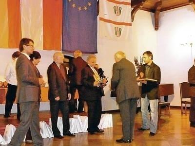 Moment odbierania nagrody przez delegację dobczycką Fot. Archiwum