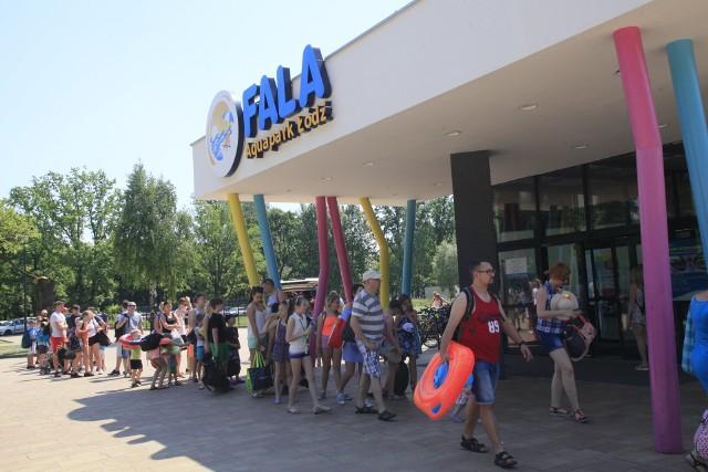 Gigantyczna kolejka na basen w Łodzi