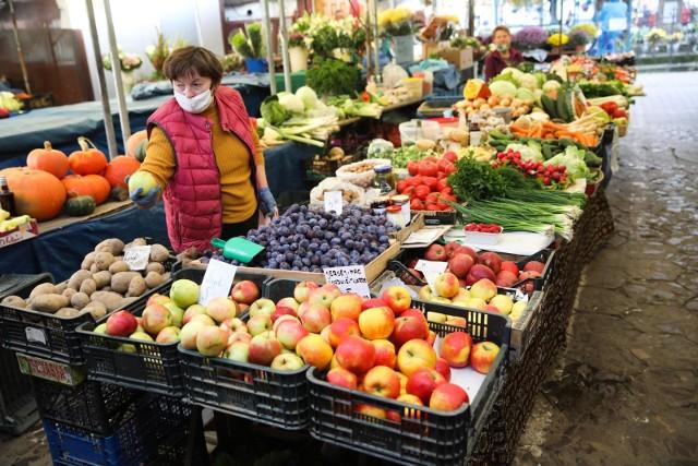 Kilogram jabłek na kujawsko-pomorskich targowiskach kupimy w cenie od 3,20 do 5,50 zł. Kiszona kapusta, która szczególnym powodzeniem cieszy się przed świętami Bożego Narodzenia, kosztowała w pierwszych dniach grudnia 2020 r. np. na targu w Inowrocławiu 2,70 zł/kg, a w Chełmnie nawet 8 zł. Sprawdzamy ceny warzyw i owoców na targowiskach w województwie kujawsko-pomorskim.Za kilogram cebuli najczęściej na targowiskach trzeba zapłacić 2 zł, podobnie za marchew, najpopularniejszą ceną selera są 4 zł. Ziemniaki kosztują od 70 groszy za kilogram na targowiskach w Lipnie, Lnianie czy Golubiu-Dobrzyniu, do 1,60 zł w Grudziądzu. Tak wynika z notowań Kujawsko-Pomorskiego Ośrodka Doradztwa Rolniczego z pierwszych dni grudnia 2020 roku.  Ceny wybranych owoców i warzyw pod kolejnymi zdjęciami --->