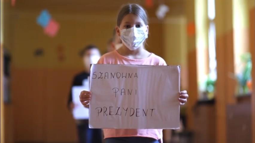 Uczniowie klasy IV C ze Szkoły Podstawowej nr 1 w Łodzi proszą Hannę Zdanowską, prezydent miasta, aby nie łączyć oddziałów w tej szkole. Robią to występując w filmie, który zdobył ogromną popularność na Facebooku. >>> Czytaj dalej na kolejnych slajdach >>>