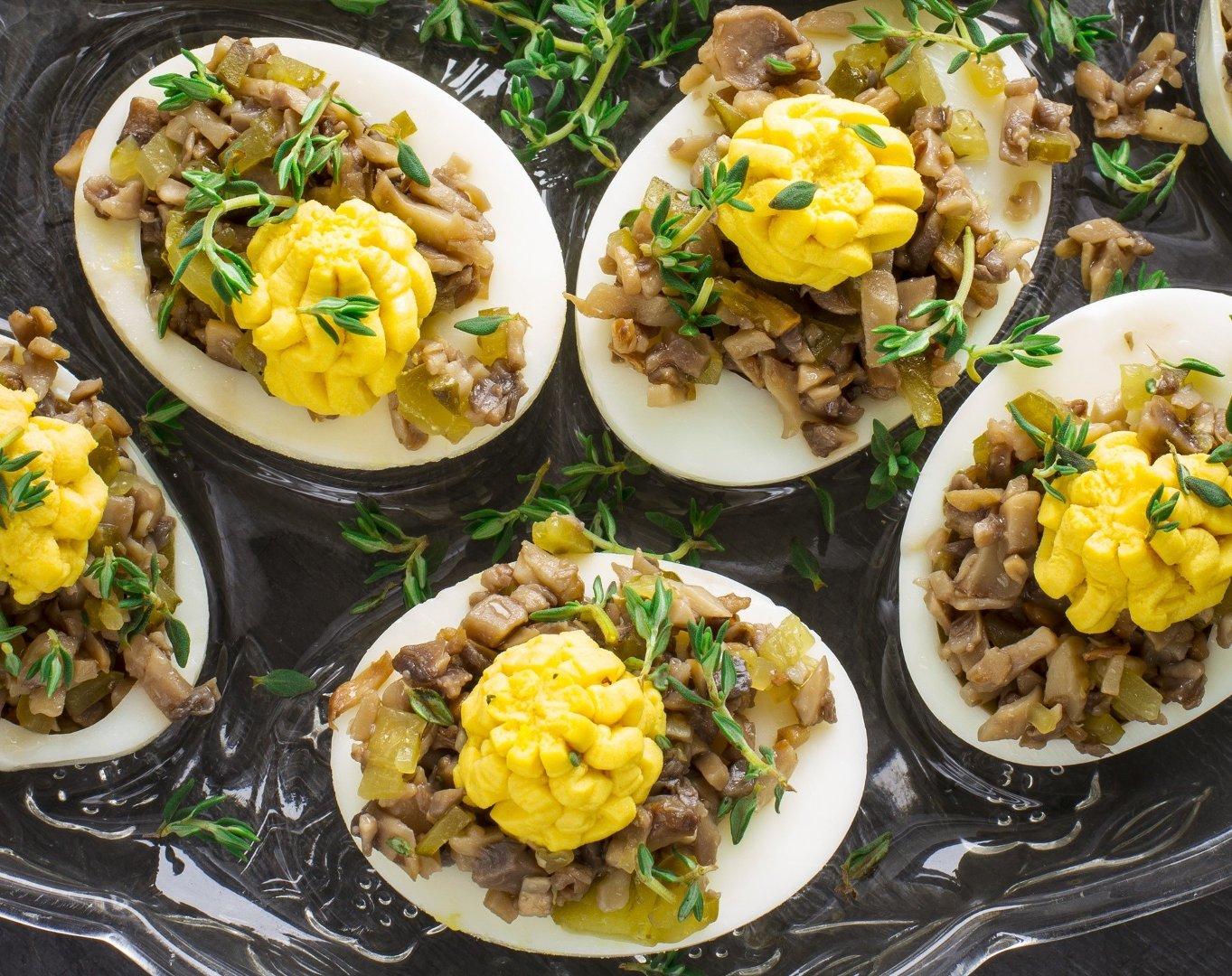 Potrawy Wielkanocne Jajka Faszerowane Pieczarkami I Korniszonami
