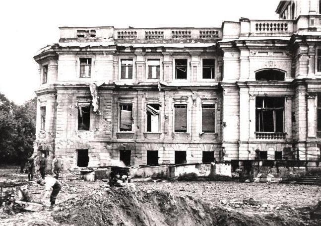 Pałac Heinzla po bombardowaniu we wrześniu 1939 roku...