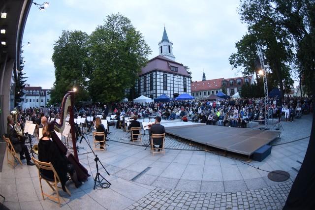 Winobranie 2020. Koncert przed Filharmonią Zielonogórską.