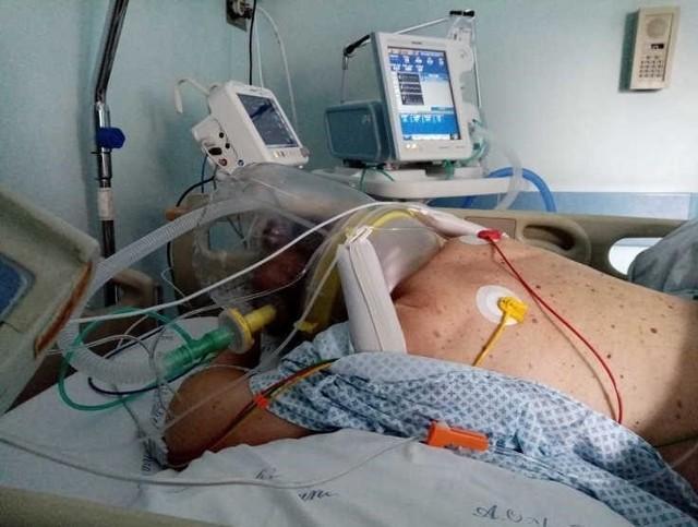 Ułożenie pacjenta z COVID-19 w pozycji na brzuchu.