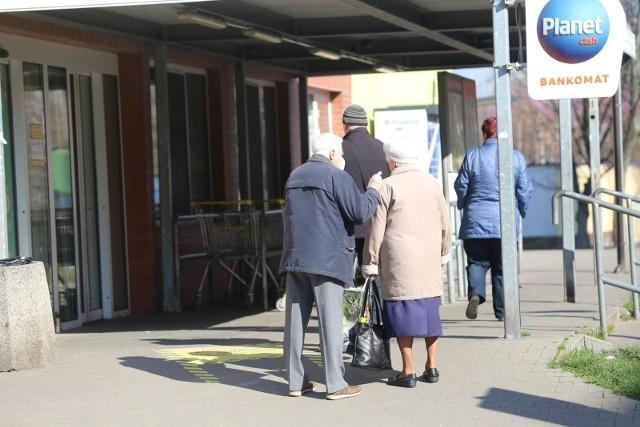 Teraz jest inaczej niż wiosną - w godzinach dla seniorów sklepy świecą pustkami i seniorów trzeba przyciągać poprzez dodatkowe promocje.