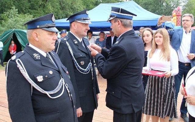 Medale z okazji jubileuszu 90-lecia jednostki w Cieszkowach wręczył strażakom starosta kazimierski Jan Nowak.