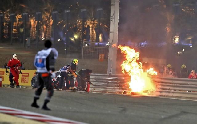 Romain Grosjean uległ przerażającemu wypadkowi, ale dzięki bezpieczeństwu w Formule 1 wyszedł z niego jedynie z poparzonymi dłońmi. W poprzednich latach, gdy na torze pojawiał się ogień, często oznaczał on śmierć. Zobacz najbardziej pamiętne kraksy w historii F1.