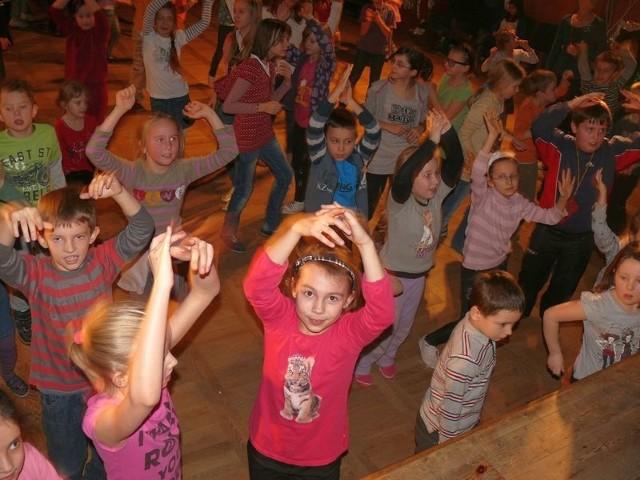 Rozbawione dzieci tańczą w sali widowiskowej SDK.