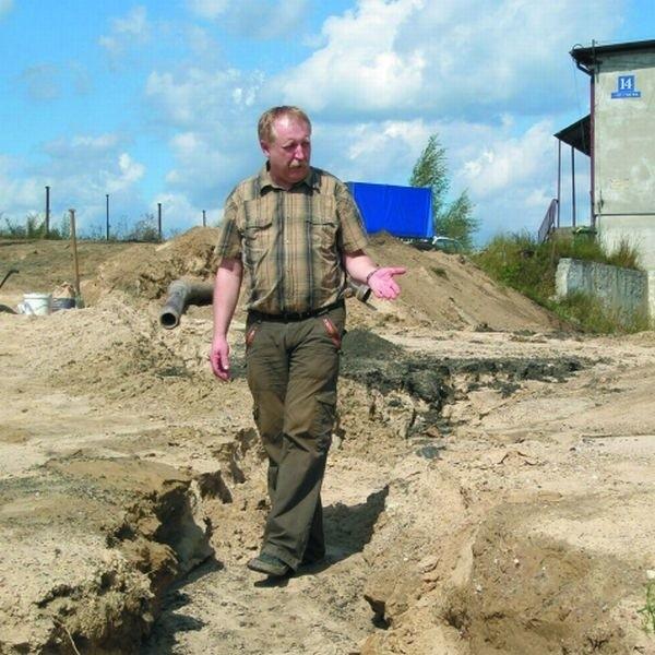 Tak wygląda wjazd do naszej stolarni po weekendowych ulewach - pokazuje Zdzisław Chojnowski, współwłaściciel firmy