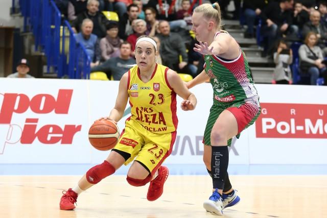 Marissa Kastanek (z lewej) poprowadziła Ślęzę do triumfu nad Zagłębiem (zdobyła 24 pkt)