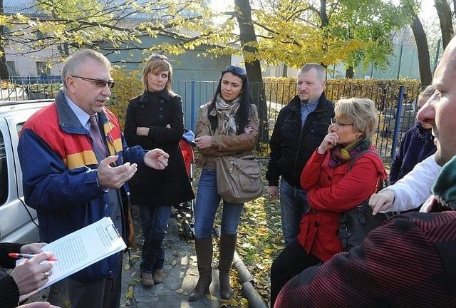 W zeszłym tygodniu mieszkańców usiłował uspokoić Zdzisław Markiewicz, dyrektor MOPR. Nie udało się.