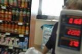 Ekspedientka w sklepie była tak pijana, że... zasnęła na ladzie! Policję wezwała klientka, które przyszła na zakupy