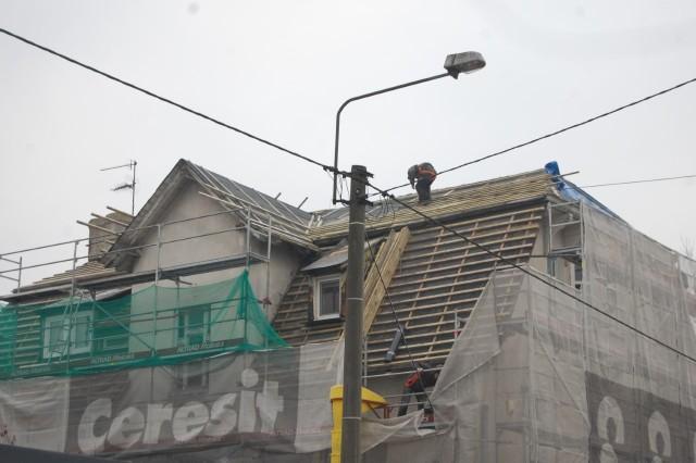 Roboty na dachu budynku Urzędu Stanu Cywilnego w Nakle trwają w najlepsze. Zakończą się 20 kwietnia przyszłego roku. Nawałnica odkryła, że naprawić trzeba na nie tylko fragmenty dachu...