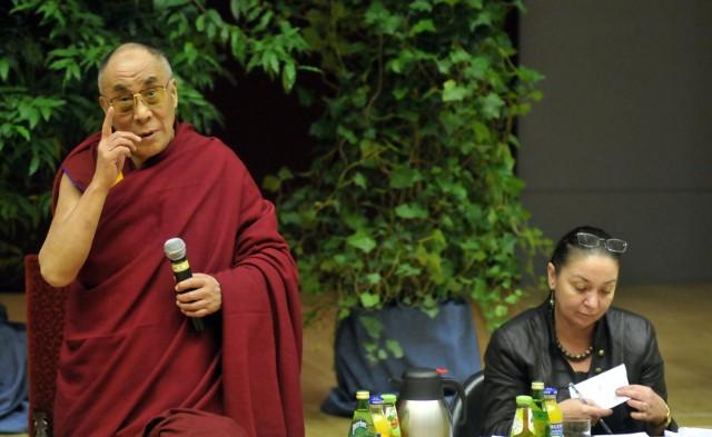 """Dalajlama - duchowny przywódca Tybetu """"Codziennie rozwijacie swój intelekt i wiedzę, ale proszę, rozwijajcie też swoją osobowość i wnętrze. Nie hodujcie złych uczuć, ale konstruktywnie zastępujcie pozytywnymi a zobaczycie, że taka zmiana jest potrzebna i możliwa"""" - mówił do studentów Uniwersytetu Jagiellońskiego Dalajlama w 2008 roku zaraz po tym jak odebrał doktorat honoris causa UJ.Podczas konferencji prasowej przywódca religijny Tybetu powiedział także,że """"przyszłość jednostki zależy od wszystkich ludzi. Zawsze się zastanawiam, co mogę zrobić dla ogólnego dobra""""."""