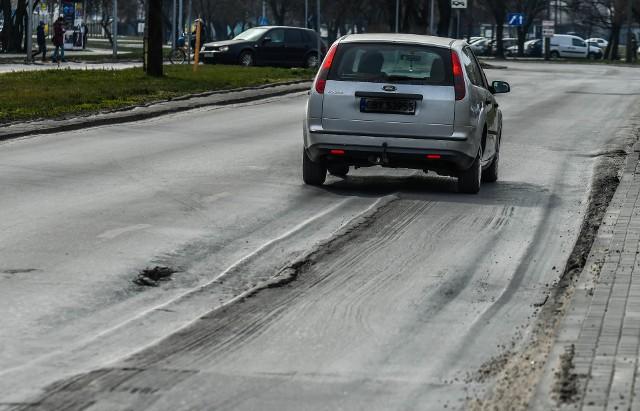 Ulica Magnuszewska jako jedna z nielicznych ma się doczekać w tym roku nowego asfaltu i remontu zatoczek autobusowych.