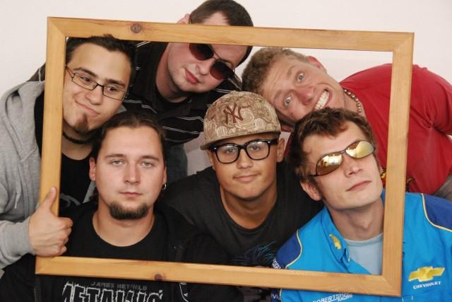pRocktolog powstał w 2009 roku. Ich muzyka to mieszanka rapu i rocka.