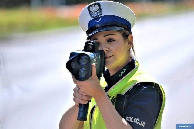 W lipcu obchodzone jest święto policji. Z tej okazji zebraliśmy dla Was zdjęcia najpiękniejszej części policji w Kujawsko-Pomorskiem. Zawód policjanta większości kojarzy się z zajęciem dla mężczyzn, ale w szeregach policji nie sposób nie dostrzec kobiet. Coraz więcej kobiet wstępuje do służb mundurowych. Obecnie policjantki służą we wszystkich pionach: w prewencji, służbie kryminalnej czy dochodzeniowej. Kobiety pełniące służbę nie mają żadnych przywilejów, tak samo jak mężczyźni wykonują codziennie powierzone im zadania. Zobaczcie zdjęcia policjantek z naszego regionu uchwycone przez naszych fotoreporterów.