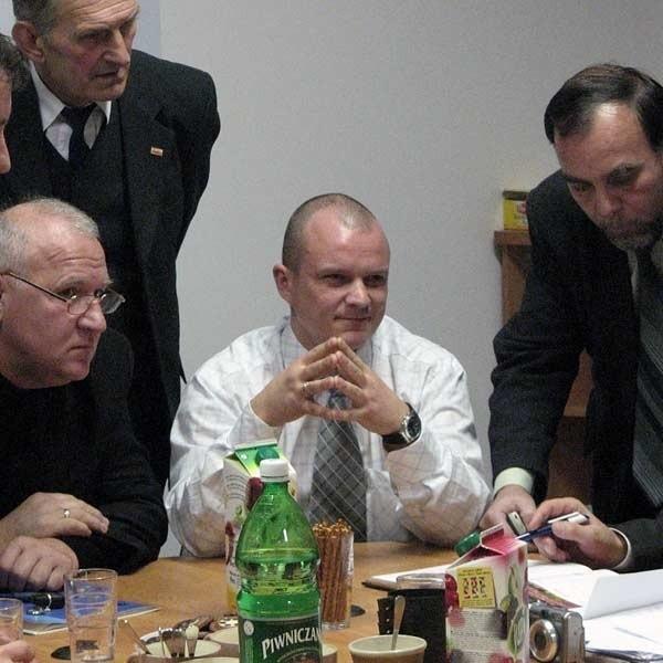 Podpis: Burmistrz Paweł Wolicki (w środku): - Za unijne pieniądze zamierzamy m.in. zmodernizować sporo dróg, obiekty sportowe i kultury.