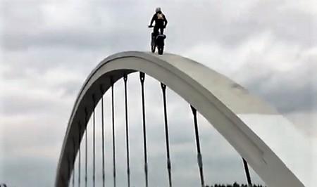 Motocyklista na moście Galicyjskim w Chełmku
