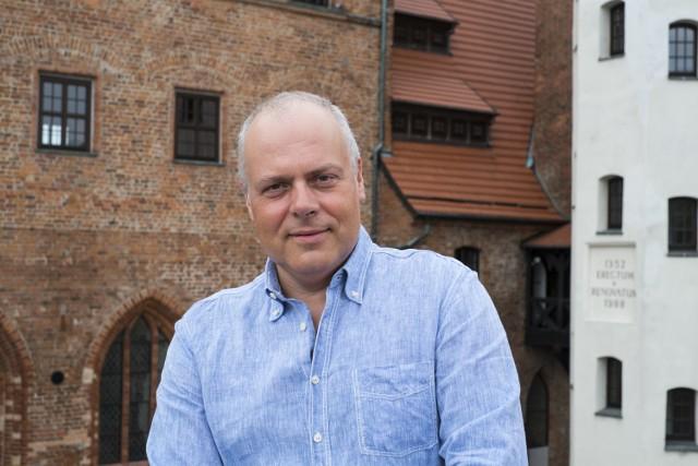 - Lubię Darłowo i jestem z nim związany. Stąd pochodzi moja żona. Przyjeżdżam tutaj każdego roku - mówi Marek Krajewski, na zdjęciu na zamku w Darłowie.