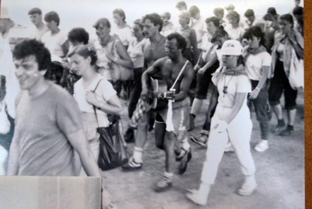 Chełmska pielgrzymka piesza do Kalwarii Zebrzydowskiej. Pierwszy z lewej - ks. Józef SzklorzZobacz kolejne zdjęcia. Przesuwaj zdjęcia w prawo - naciśnij strzałkę lub przycisk NASTĘPNE