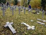 Podczas libacji na cmentarzu zniszczyli 52 krzyże pionierów Szczecina (zdjęcia)