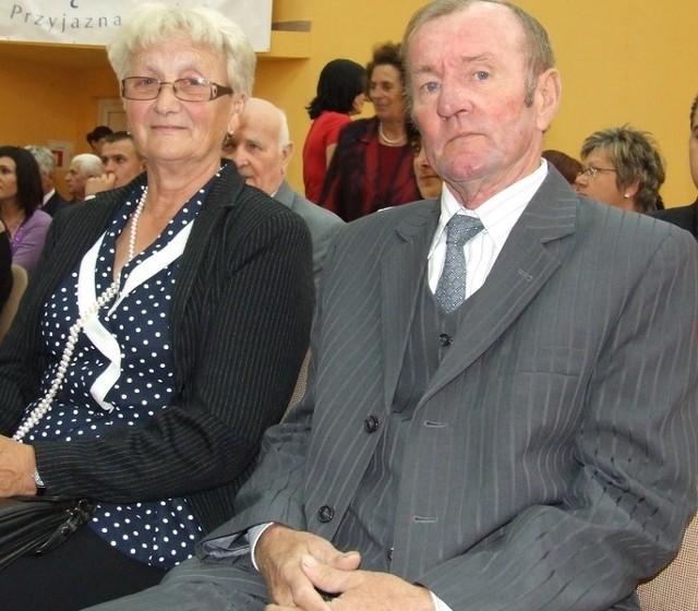 Maria i Piotr Ziółkowie mieszkają w Szymocinie. Za to, że przeżyli 50 lat, otrzymali medal