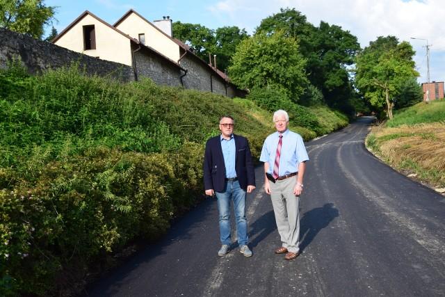 Teren budowy drogi wizytowali burmistrz Stopnicy Ryszard Zych i przewodniczący Rady Miejskiej w Stopnicy Krzysztof Tułak.