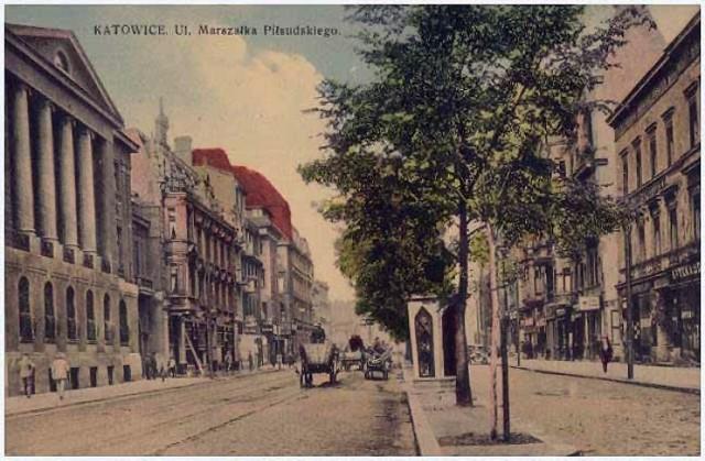 Dawniej Warszawska była jedną z najbardziej okazałych ulic w mieście. Powstawały tu kawiarnie, hotele, kwitło życie towarzyskie. Dziś zawładnęły nią samochody. Zobaczcie, jak ulica prezentowała się na przedwojennych pocztówkach i zdjęciach. Jak wam się podoba? Zobacz kolejne zdjęcia/plansze. Przesuwaj zdjęcia w prawo - naciśnij strzałkę lub przycisk NASTĘPNE