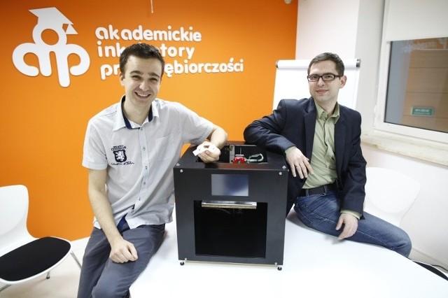 Pierwsza drukarka autorstwa Bartka (po lewej, na zdjęciu z Piotrem Habowskim, dyrektorem AIP) była wykonana z prętów kupionych w markecie budowlanym. Dziś jego urządzenie wygląda zupełnie inaczej. Dzięki dotacji będzie mógł rozpocząć produkcję.