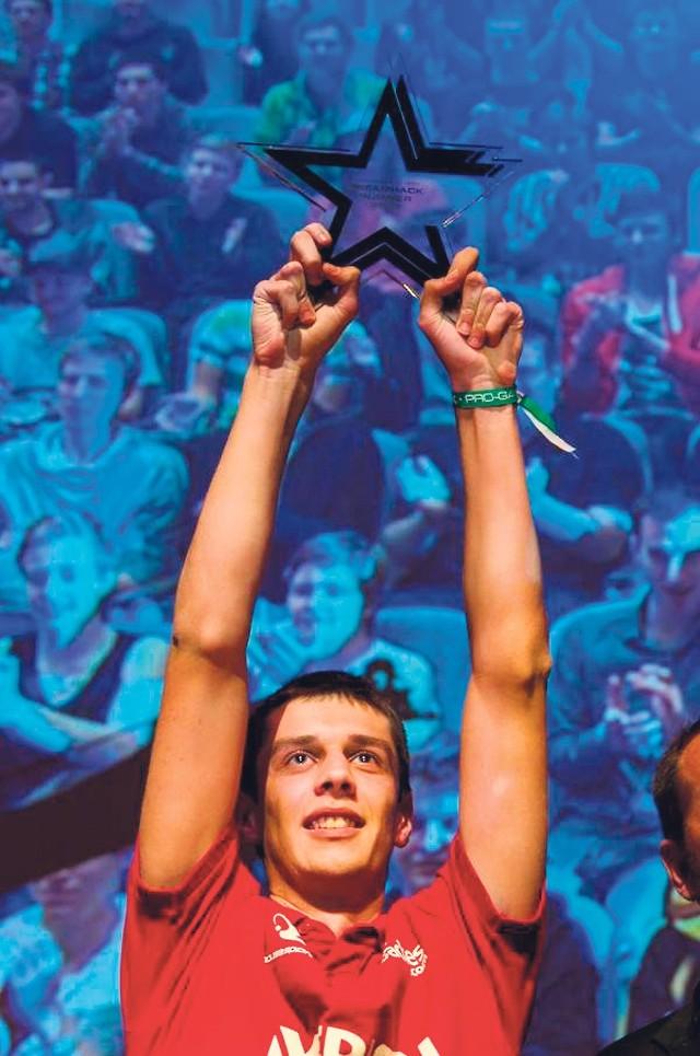 """Grzegorz """"MaNa"""" Komincz już po odebraniu głównej nagrody w turnieju Dreamhack Summer 2012 w szwedzkim Jonkoping. To aktualnie najważniejsze osiągnięcie 19-latka z Połczyna Zdroju."""